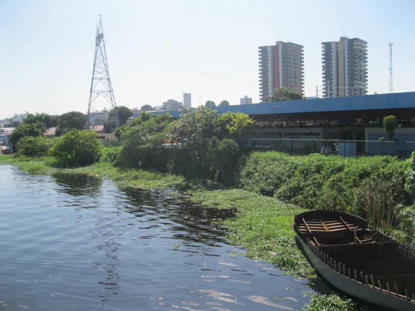 Unul din multele râulețe care trec prin interiorul Manaus.